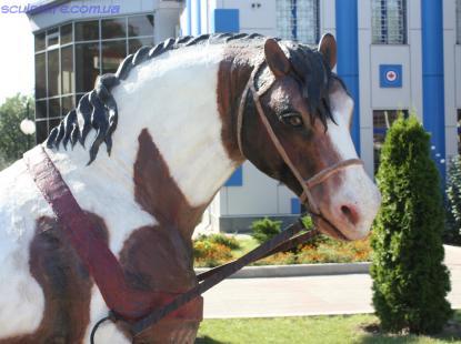 Скульптура коня