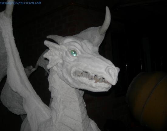 Фото скульптура дракона ночью