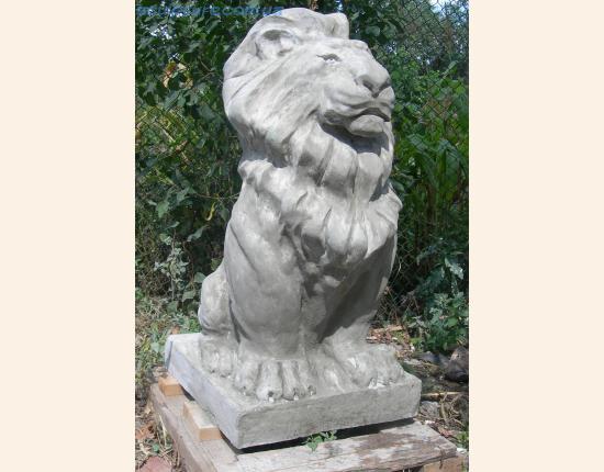 Лев из белого бетона фото