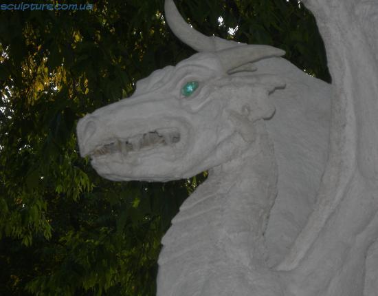 Скульптура дракона ночное освещение